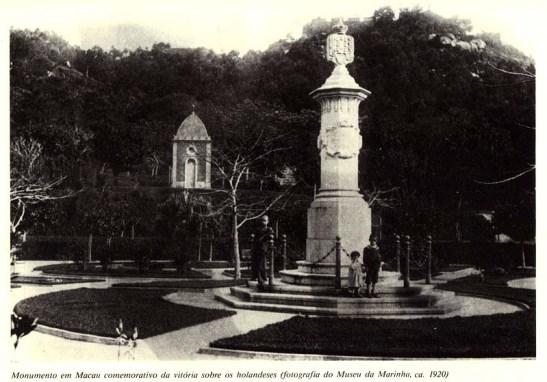 Monumento em Macau comemorativo da vitória sobre os holandeses (ftografia do Museu da Marinha, ca. 1920)
