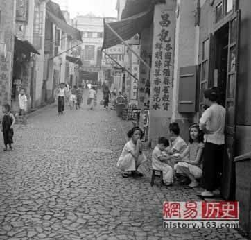 Rua da Felicidade nos tempos antigos de Macau (magem extraída de publicação  de Kng-Chn no grupo de Facebook Antigas Fotos de Macau-3)