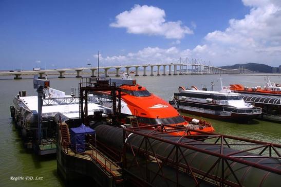 Atualmente a ligação é feito por barcos turbinados que fazem a viagem em torno de 45 minutos