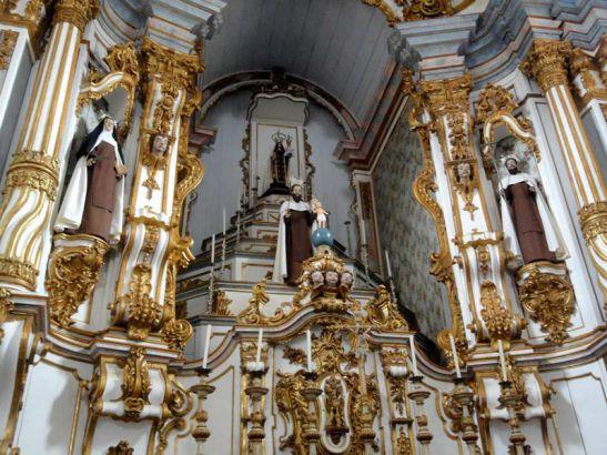 O altar-mor que sobreviveu ao incêndio de 1999