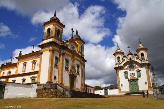Praça Minas Gerais: à direita, a Igreja Nossa Senhora do Carmo, e à esquerda, a Igreja São Fracisco de Assis.
