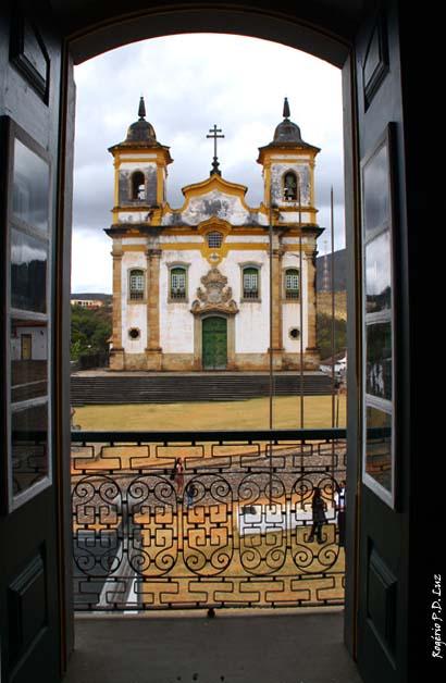 A Igreja vista de uma janela da Casa de Câmara de Mariana