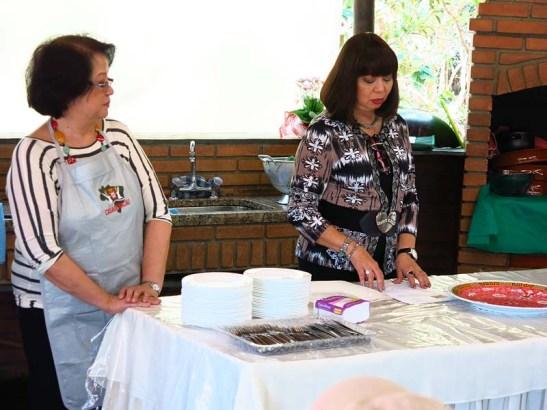 Yolanda, à direita, fala sobre o preparo da Capela.