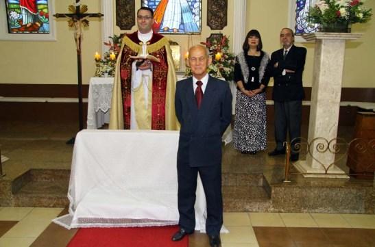 Chicói a aguarda no altar com o Padre Rodrigo Sote e os padrinhos do casamento Manuel e Yolanda Ramos