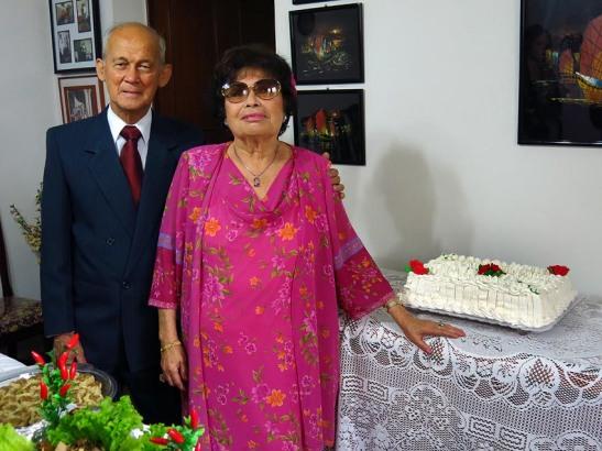 O bolo de casamento foi feito pela filha Julie, que também preparou outros pratos, revelando sua vocação para a gastronomia, tanto a macaense, chinesa, brasileira e por aí ...