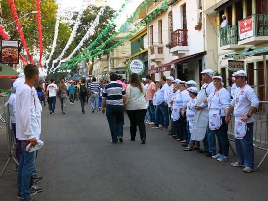 Antes do início da festa, os voluntários enfileiraram-se diante das barracas para fazer uma oração
