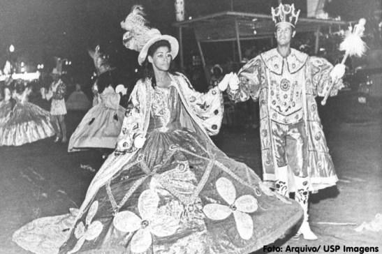 """Escola de Samba Acadêmicos do Tatuapé desfilando em 1974-75 com o tema """"Rei por um Dia"""". A utilização de figuras reais nos desfiles era uma constante. Elas foram paulatinamente sendo substituídas pela figura do Mestre-Sala e da Porta-Bandeira. (USP Imagens)"""