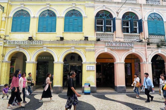 20 Macau - I Lei Bicicletas entre 2 lojas de marca