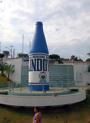 De passagem pela pequena cidade de Lindóia, uma foto da garrafa de água mineral Lindoya em tamanho grande exposta em praça