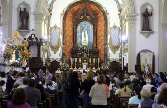 A igreja ficou lotada o dia inteiro com missas a toda hora.