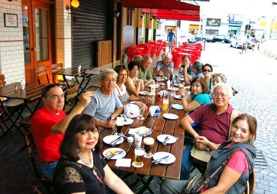 Após percorrer pelas lojas, a pausa final no restaurante Boteco, para um refresco e petisco, e principalmente pela cerveja artesanal da região que os entendidos diziam ser saborosa.