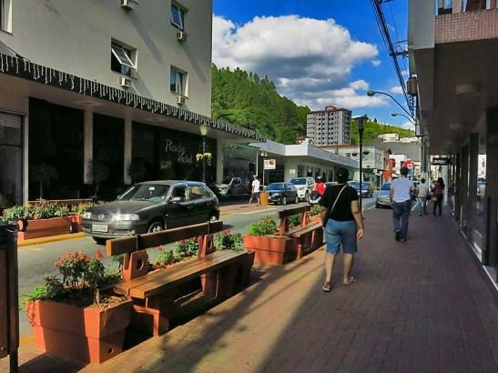 As ruas e lojas até que estavam bastante vazias, afinal era segunda-feira que precedia o feriado prolongado de 4 dias do Dia de Tiradentes.