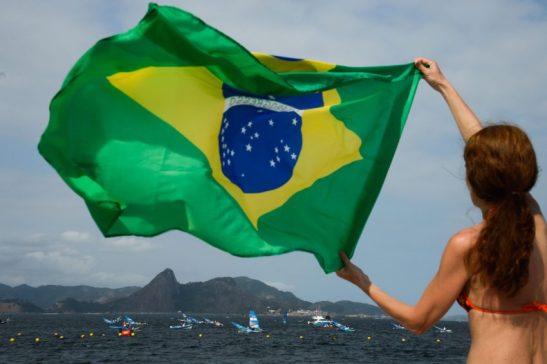 Rio de Janeiro - Público sem ingresso para os Jogos Rio 2016 assiste à competição de vela na Praia do Flamengo (Tânia Rêgo/Agência Brasil)