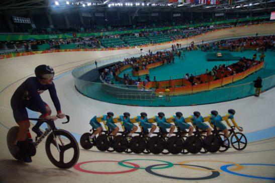 Rio de Janeiro - Foto de múltipla exposição mostra semifinal do ciclismo masculino sprint em que o britânico Callum Skinner venceu o australiano Matthew Glaetzer no Velódromo dos Jogos Rio 2016, no Parque Olímpico. (Fernando Frazão/Agência Brasil)