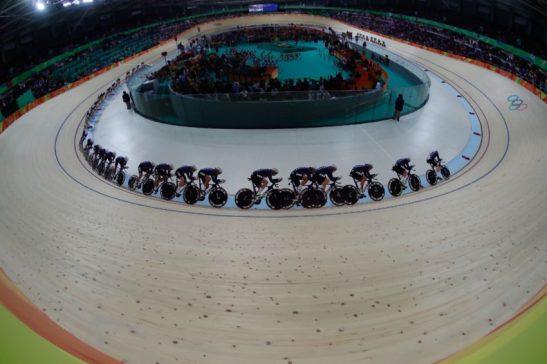 Rio de Janeiro - Foto de múltipla exposição mostra a final da perseguição por equipes feminina de ciclismo, em que a Grã-Bretanha venceu os Estados Unidos e levou medalha de ouro no Velódromo dos Jogos Rio 2016, no Parque Olímpico. (Fernando Frazão/Agência Brasil)