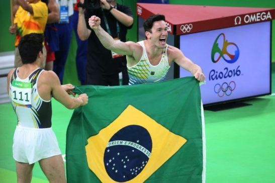 Rio 2016 - Ginástica- Diego Hypótilo (prata) e Arthur Mariano( Bronze ) comemoram juntos as medalhas no solo . Foto: Roberto Castro/ Brasil2016