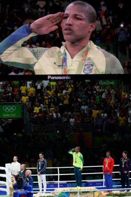 Rio de Janeiro - Por decisão unânime dos juízes, o lutador brasileiro Robson Conceição derrotou o francês Sofiane Oumiha e garantiu o ouro na categoria peso ligeiro, até 60 quilos (Fernando Frazão/Agência Brasil)
