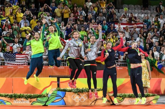 Quando se uniram em 2011, com poucos pontos no ranking, disputando um qualificatório para terem a chance de jogar a fase principal da etapa de Aracaju (SE) do Circuito Brasileiro, talvez Ágatha e Bárbara não imaginassem que um dia ganhariam uma medalha olímpica. A união, esforço e cumplicidade, porém, fizeram com que elas conquistassem a prata com gosto de ouro 'em casa'. A dupla lutou, mas foi superada pelas alemãs Laura Ludwig e Kira Walkenhorst na decisão dos Jogos Olímpicos do Rio, por 2 sets a 0 (21/18, 21/14), em 43 minutos, na madrugada desta quinta-feira (18.08), ficando com a prata. Esta é a 12ª medalha do vôlei de praia brasileiro nos Jogos: duas de ouro, sete de prata e três de bronze. Foto: Célio Messias/ Inovafoto/ CBV