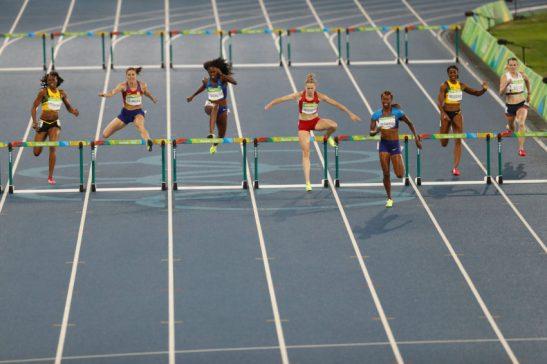 Rio de Janeiro - Dalilah Muhammad, dos Estados Unidos, vence os 400m com barreiras nos Jogos Rio 2016, no Estádio Olímpico. (Fernando Frazão/Agência Brasil)