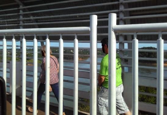 A maioria das pessoas ainda atravessa a ponte a pé.
