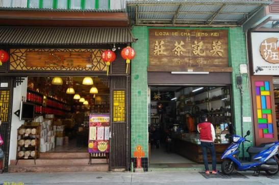 Duas lojas de venda de chá: Wa Luen, à esquerda, e Ieng Kei, à direita. Foto M.V. Basílio