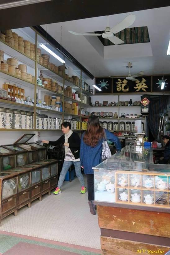 Interior da Loja de Chá Ieng Kei. Embora com alguns móveis antigos, as prateleiras já foram remodeladas. Foto M.V. Basílio