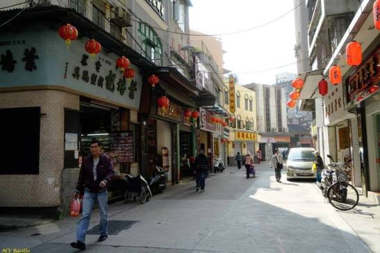 Um troço da Rua de 5 de Outubro, vendo-se ao fundo o telhado do templo chinês Hóng Kông Mil. Foto M.V. Basílio