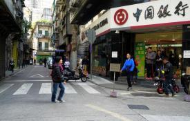 Foto da Rua do Infante, tirada na Rua de Cinco de Outubro. Ao fundo, a Rua dos Faitiões, e na esquina do lado direito, uma dependência do Banco da China. Foto M.V. Basílio