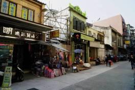 A seguir ao prédio que foi demolido está ainda em funcionamento uma farmácia chinesa muito antiga, com o dístico comercial T'ông Fôk Yeok Hong (同福葯行) . Foto M.V. Basílio