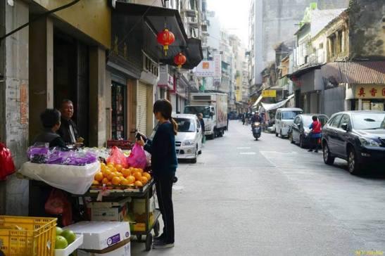 Ainda há vendedores ambulantes ao longo da Rua de Cinco de Outubro. Foto M.V. Basílio