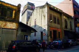 Antiga Casa de Penhor Tak Sang (em chinês, Tak Sang Tai On 德生大按), ainda com a torre prestamista no tardoz do prédio. Já encerrada há muitos anos. Foto M.V. Basílio