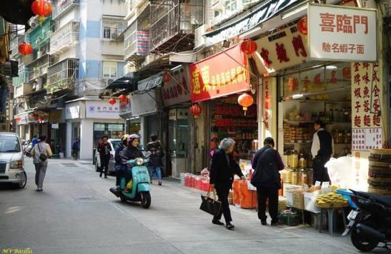 Algumas lojas tradicionais. A primeira, à direita, é uma loja que vende massa de fitas, a seguir, de mariscos secos e outras iguarias e, a terceira, de carnes assadas. Foto M.V. Basílio