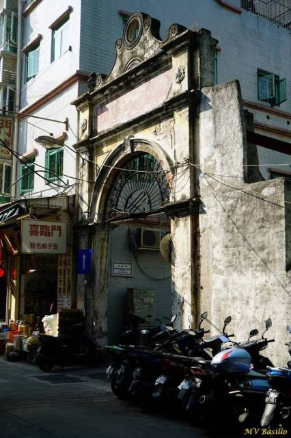 """O pórtico que resta do antigo mercado público """"Kông Yêk"""" (公益街市) . Foto M.V. Basílio"""