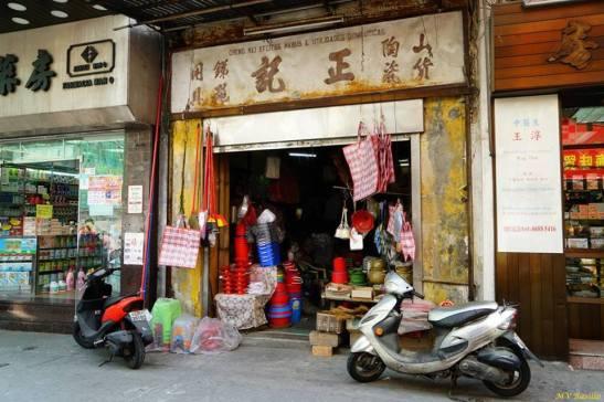 Uma loja muito antiga com o curioso dístico comercial CHENG KEI EFEITOS NAVAIS E UTILIDADES DOMÉSTICAS. Foto M.V. Basílio