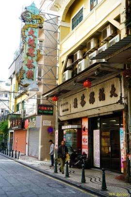 À direita, a Casa de Chá Tai Long Fong, onde outrora funcionou a afamada Casa de Chá Tak Loi. Foto M.V. Basílio