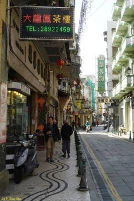 Mais adiante, a Rua de Cinco de Outubro cruza com a Avenida de Almeida Ribeiro. À direita, vê-se parcialmente o East Asia Hotel. Foto M.V. Basílio