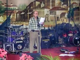 """Júlio """"Totó"""" Branco, como presidente da Casa de Macau de São Paulo em 2005, fa aapresentação da Margada Ribeiro"""