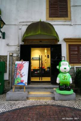 Entrada para uma das lojas do Largo do Lilau. Foto M.V. Basílio
