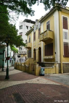 Ao fundo, pode-se ver a Travessa de António da Silva, que começa ao cimo da Escada Quebra-Costas e termina em frente da Rua do Lilau. Foto M.V. Basílio