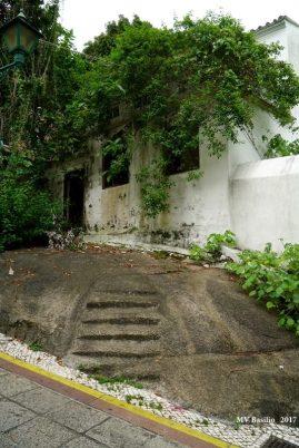 Casa já em ruínas no Beco do Lilau, com entrada principal pela Calçada do Lilau. Foto M.V. Basílio
