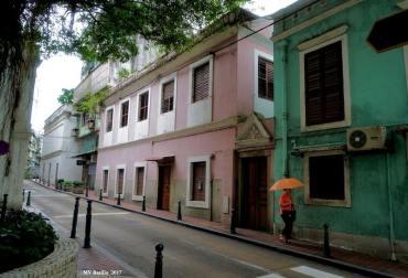 No prédio de cor rosada, desocupado há já muito tempo, viveu a família do Conde Bernardino de Senna Fernandes. Foto M.V. Basílio