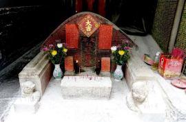 Um altar de rua no Bairro da Mitra, junto ao Templo do Deus da Terra. Foto M.V. Basílio