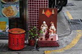 """Um mini altar, com as imagens do """"Vovô"""" e """"Vovó"""", junto à porta de um restaurante, na Rua de Tomás da Rosa. Foto M.V. Basílio"""