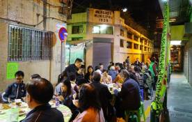 Mesas de jantar dispostas na Rua de Henrique de Macedo. Foto M.V. Basílio