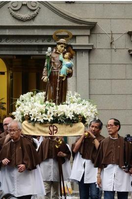 A imagem de Santo António, levada num andor pela Irmandade de S. António, de que muitos macaenses fazem parte. Foto M.V. Basílio