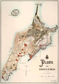 Planta da Península de Macau, de 1889, em que se vê a antiga baía norte já demarcada, mas não totalmente aterrada. A nova Avenida Marginal (que viria a ser a Avenida do Almirante Lacerda) ainda não estava projectada, nem as docas. A baía sul, ou seja, a baía da Praia Grande, mantinha-se, por assim dizer, intacta. É bem notória a zona das hortas. (MV Basílio)
