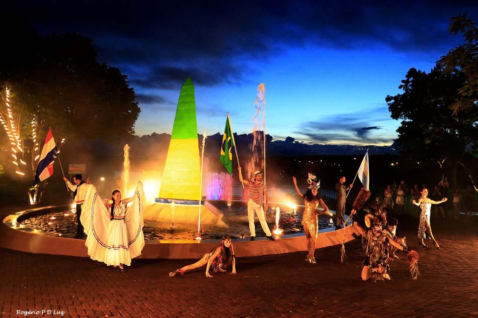 As danças típicas do Brasil, Argentina e Paraguai exibidas no Marco das 3 Fronteiras em Foz de Iguaçu