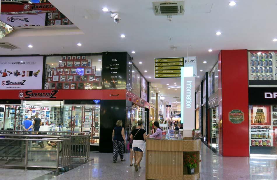 76ff8eb79f Um corredor de lojas chamado de Av. Rodeo com teto pintado de céu azul com  nuvens