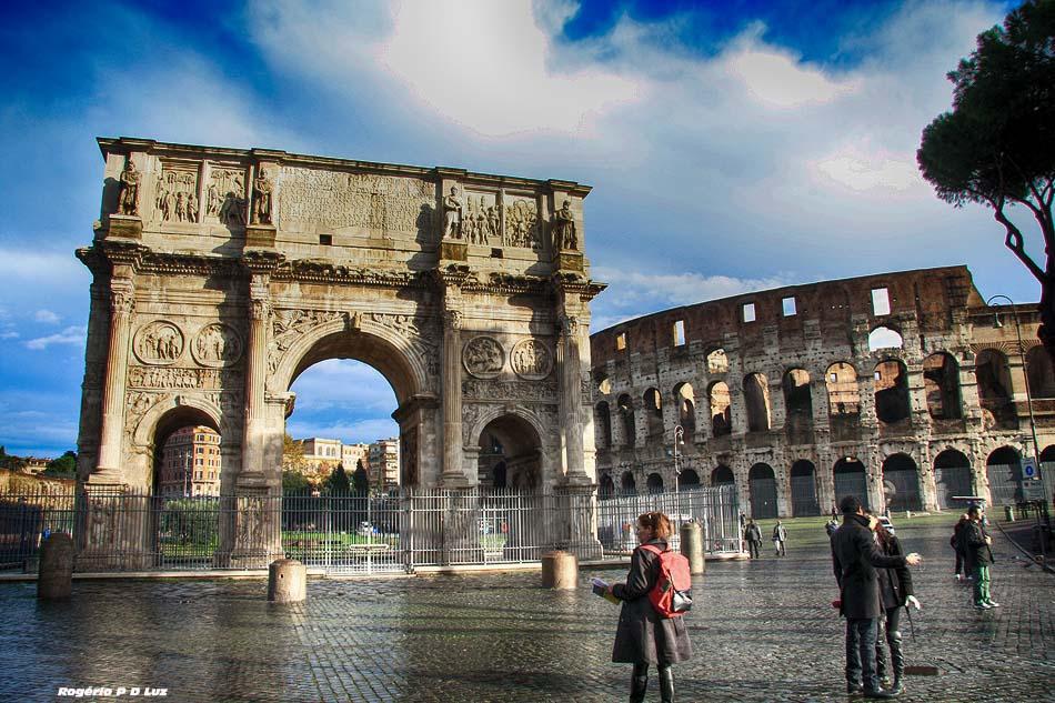 O Arco de Constantino ao lado do Coliseu da Roma antiga