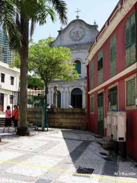 Do lado direito, está um prédio com duas moradias, dentro do espaço designado por Adro de S. Lázaro. Foto: M.V. Basílio